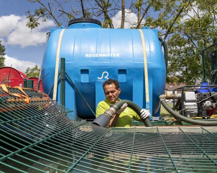 Rachide met een watertank van de Stad