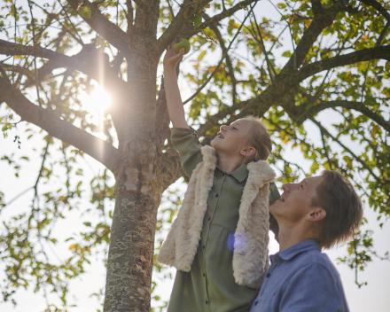 Vader met dochter bij boom - Foto Marc Wallican
