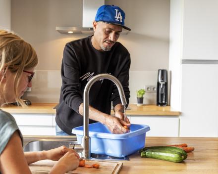 Samih hergebruikt het water uit de keuken voor zijn planten.